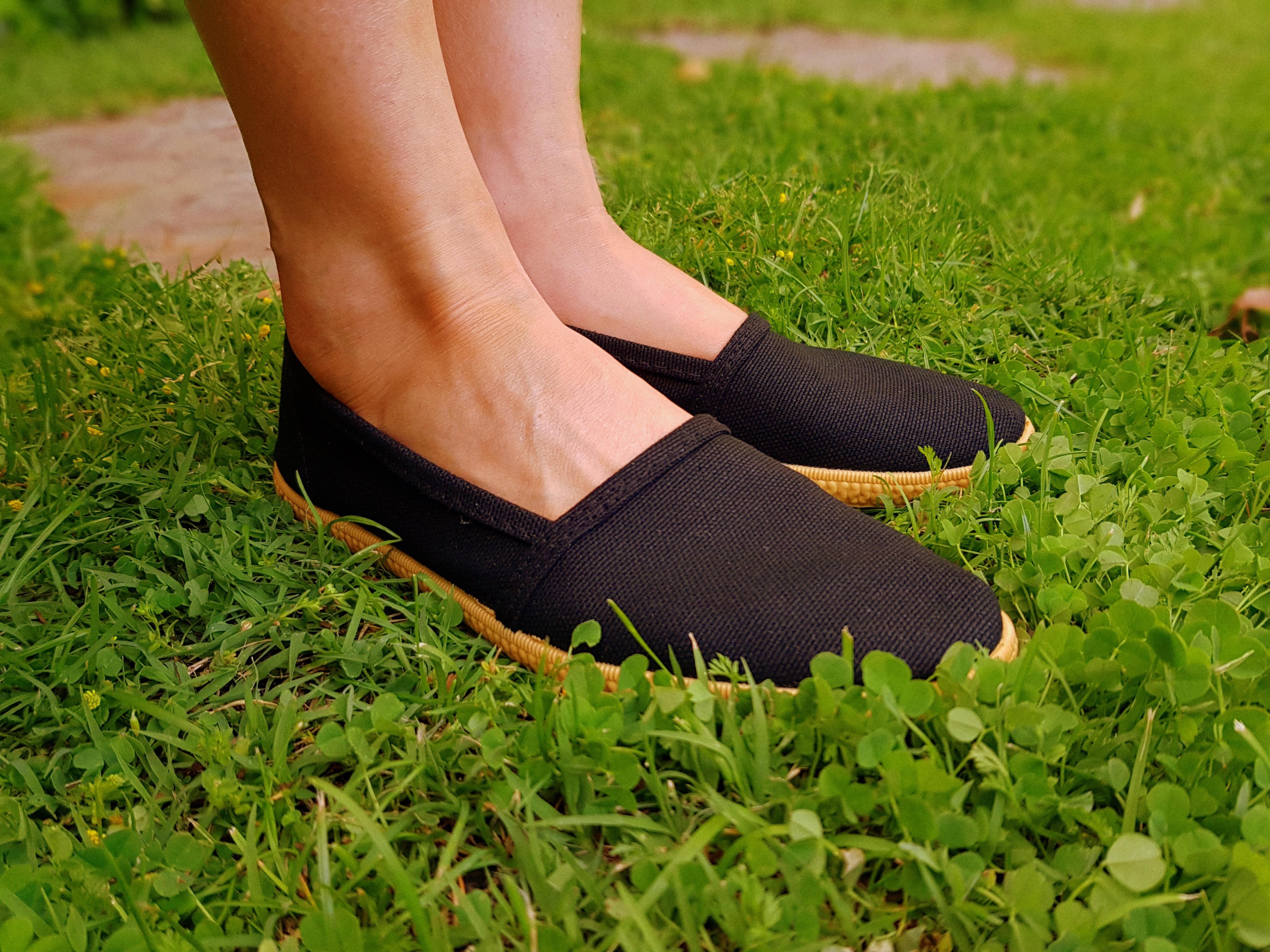 zapatillas camping negras con suela color marron caramelo